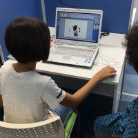 パソコン操作する女の子