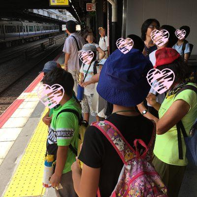 野球観戦行きの電車待ちの駅ホーム